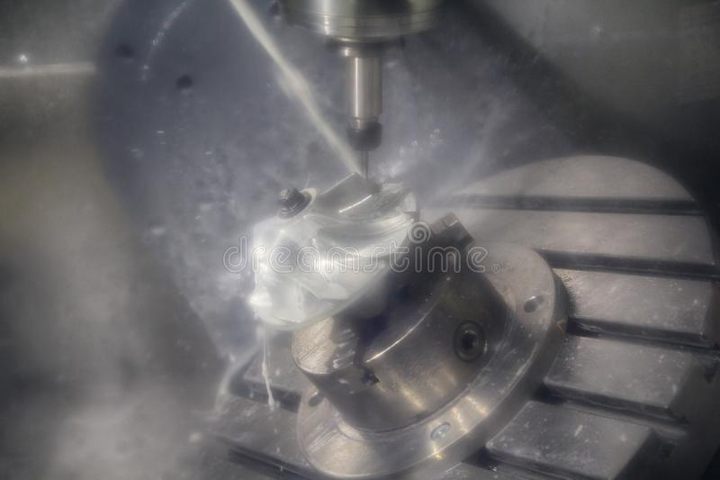 Fresadora metalúrgica del CNC Tecnología de proceso moderna del metal del corte Pequeña profundidad del campo foto de archivo