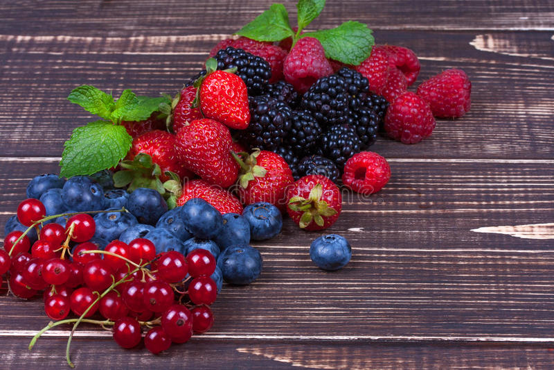 Fresas, arándanos, zarzamoras, frambuesas, pasa y menta foto de archivo