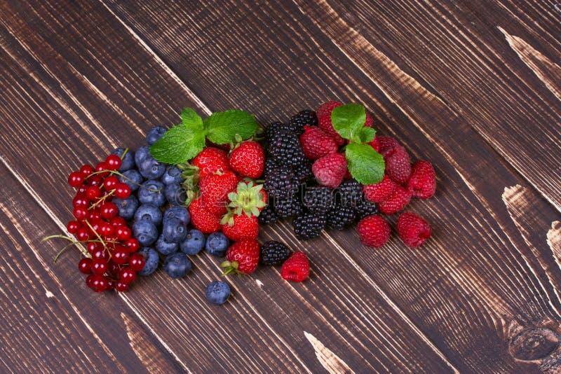 Fresas, arándanos, zarzamoras, frambuesas y pasa imagenes de archivo