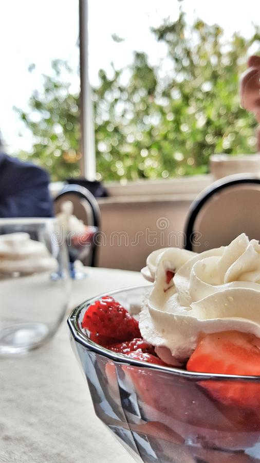 Fresas con crema azotada imagen de archivo libre de regalías