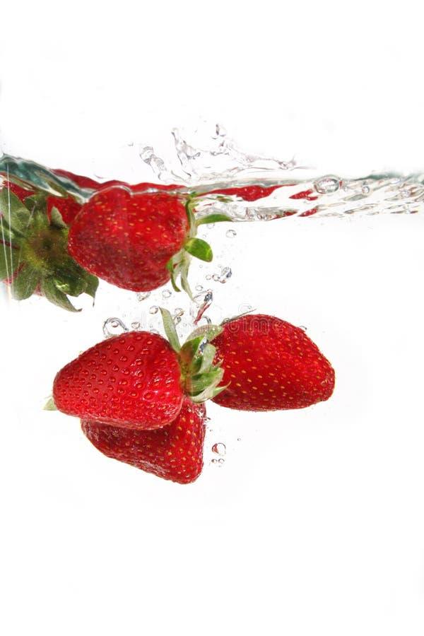 Fresas en agua imágenes de archivo libres de regalías