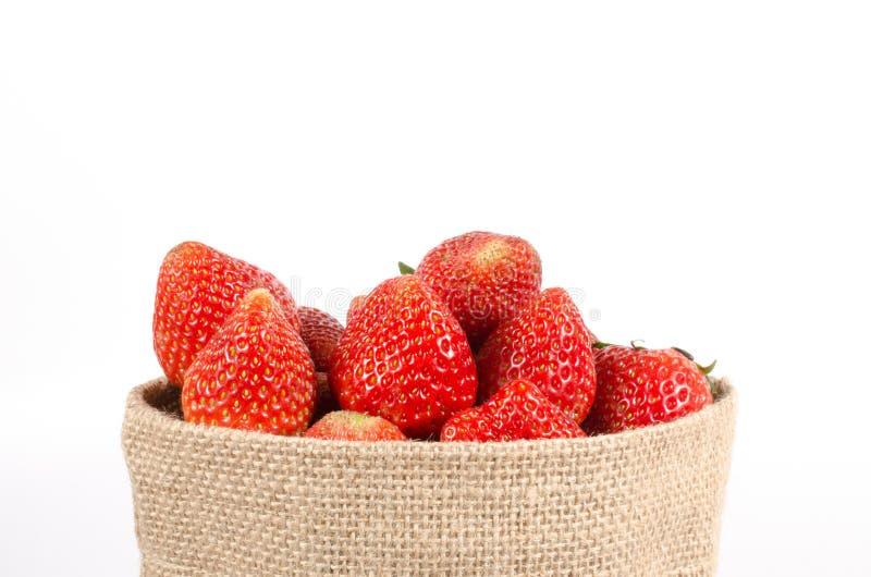 Fresas en bolso del saco fotografía de archivo libre de regalías