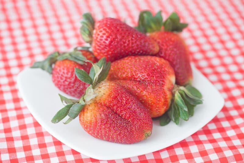 Fresas en cuenco fotos de archivo libres de regalías