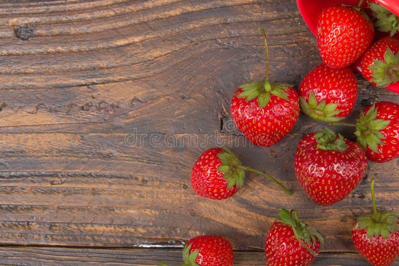 Fresas en el fondo de madera de la tabla, desbordado un tarro de la especia Antioxidantes, dieta del detox, frutas orgánicas Baya imagen de archivo libre de regalías