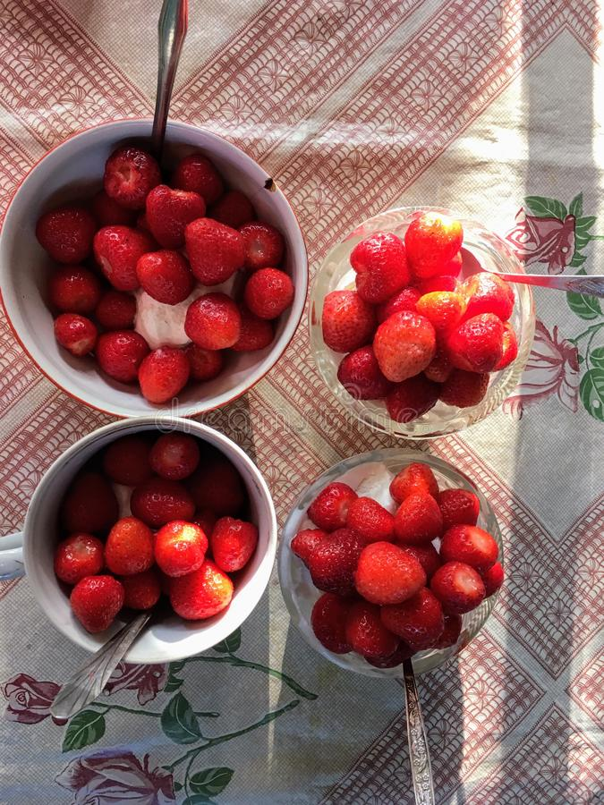 Fresas en los cuencos, postre delicioso sabroso, comida fresca sana fotografía de archivo libre de regalías