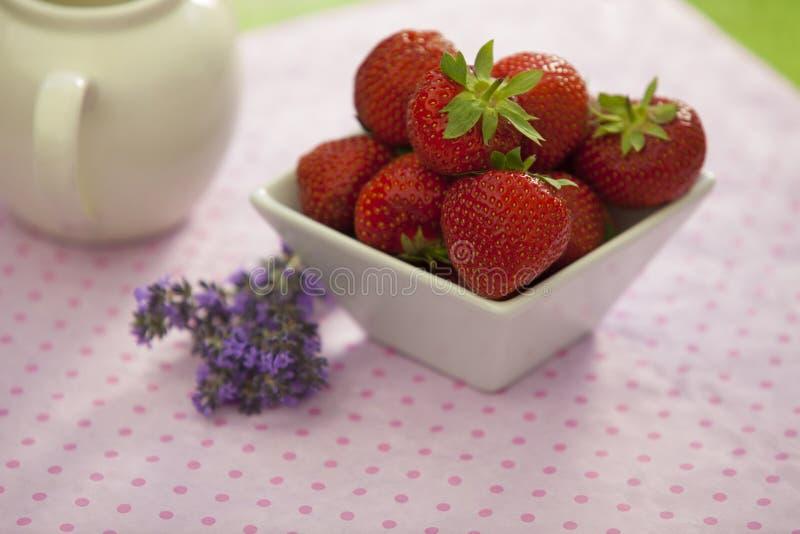 Fresas en un cuenco anguloso blanco fotografía de archivo