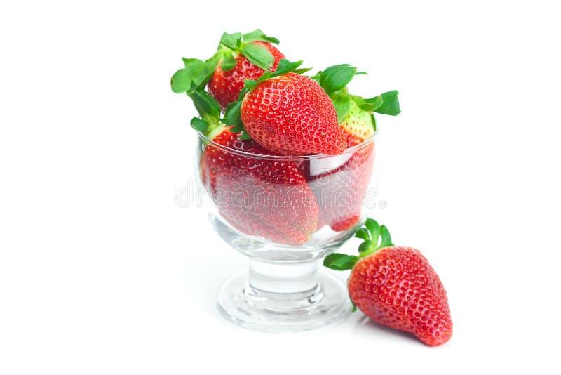 Fresas en un tazón de fuente de cristal fotos de archivo libres de regalías
