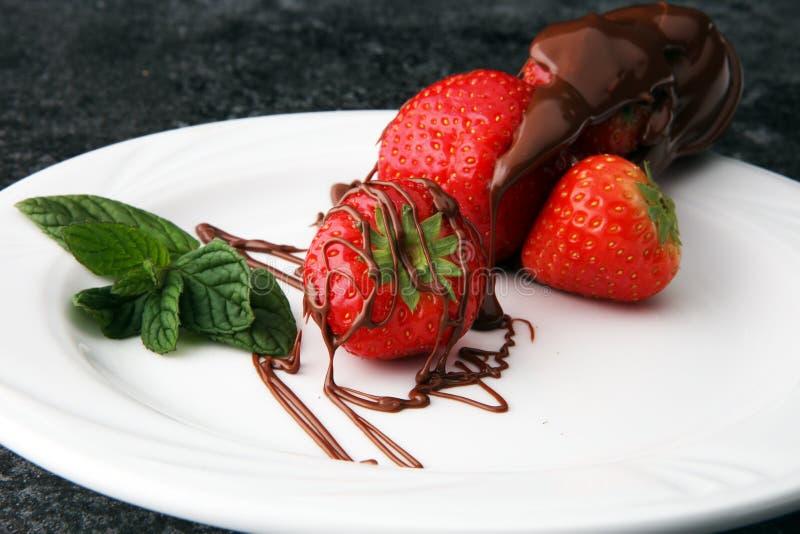Fresas frescas con el postre delicioso del jarabe de chocolate fotografía de archivo libre de regalías