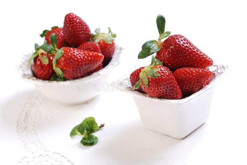 Fresas frescas en los pequeños cuencos de cerámica imagen de archivo