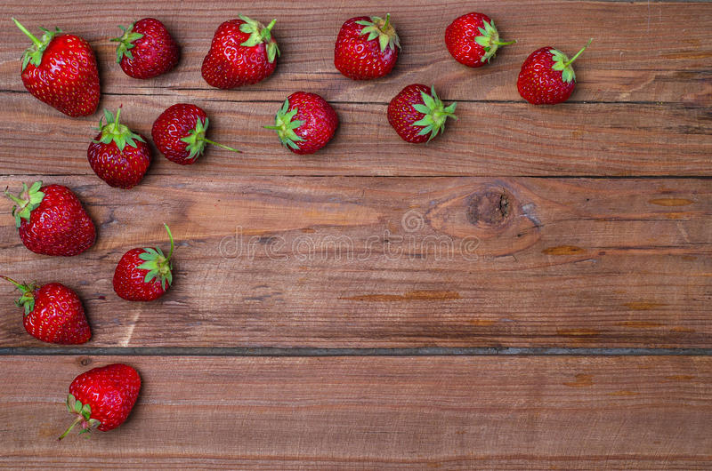 Fresas frescas en una tabla de madera, espacio de la copia imagen de archivo libre de regalías