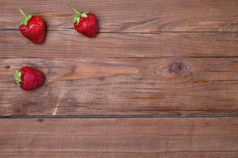 Fresas frescas en una tabla de madera, espacio de la copia fotos de archivo libres de regalías