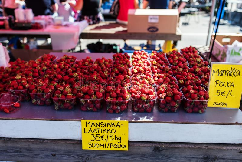 Fresas frescas que son vendidas en un mercado libre finlandés del verano foto de archivo libre de regalías
