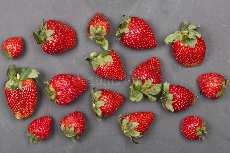 Fresas maduras frescas en fondo negro fotos de archivo libres de regalías