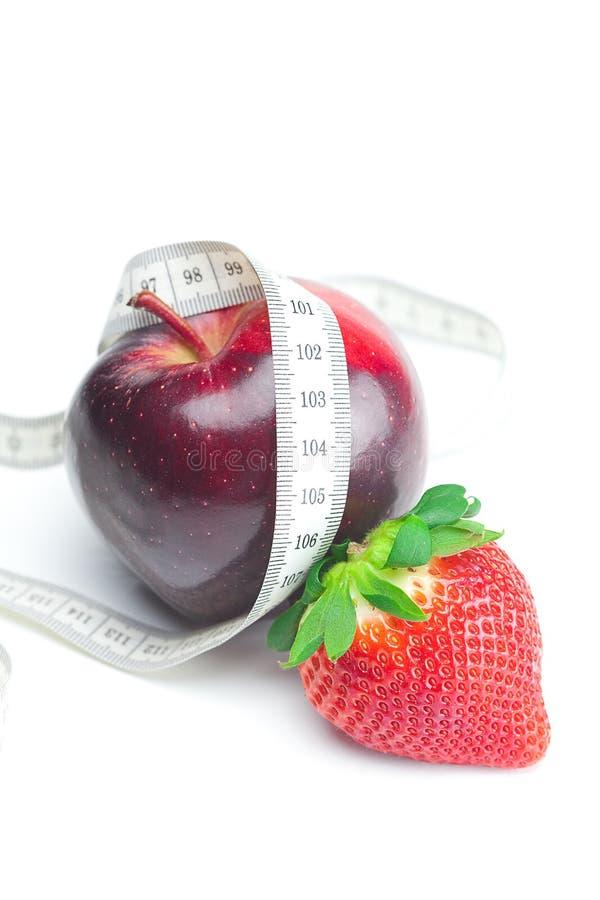 Fresas maduras rojas jugosas grandes, manzana, tuercas imagen de archivo
