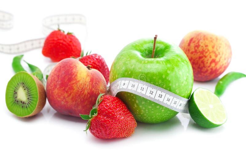 Fresas, manzana, cal, melocotón, kiwi y cinta imagen de archivo