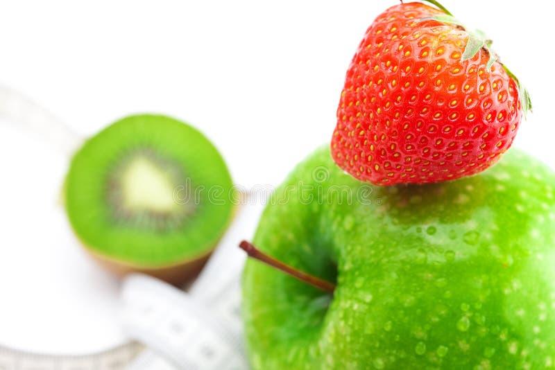 Fresas, manzana con gotas del agua, kiwi fotografía de archivo