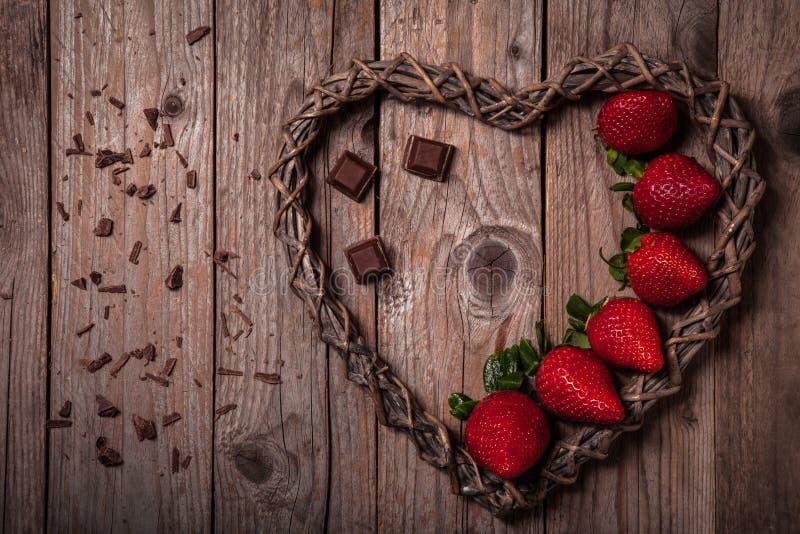 Fresas orgánicas deliciosas con el chocolate oscuro imagenes de archivo