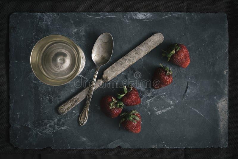 Fresas orgánicas dispuestas con los cubiertos foto de archivo