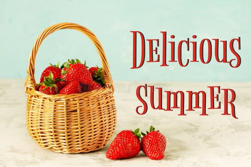 Fresas rojas del verano delicioso de la cesta de mimbre foto de archivo libre de regalías