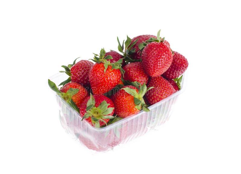 Fresas rojas dulces frescas en envase de plástico imágenes de archivo libres de regalías