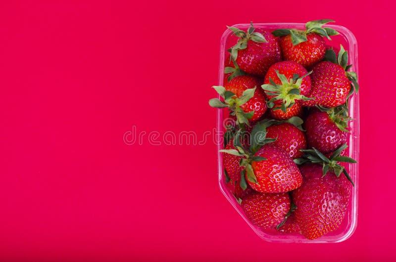 Fresas rojas dulces frescas en envase de plástico fotos de archivo