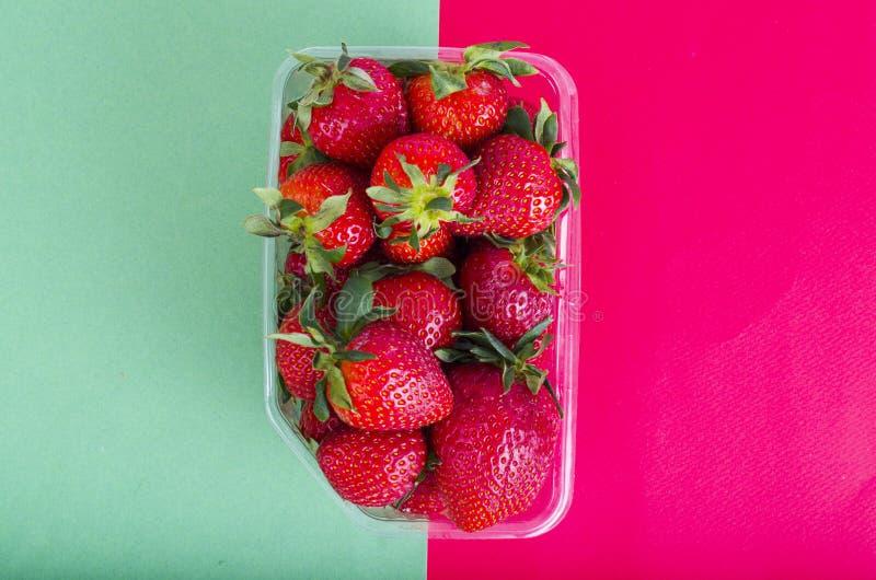 Fresas rojas dulces frescas en envase de plástico fotografía de archivo libre de regalías