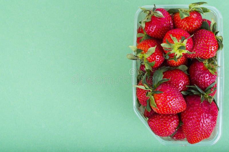 Fresas rojas dulces frescas en envase de plástico imagen de archivo
