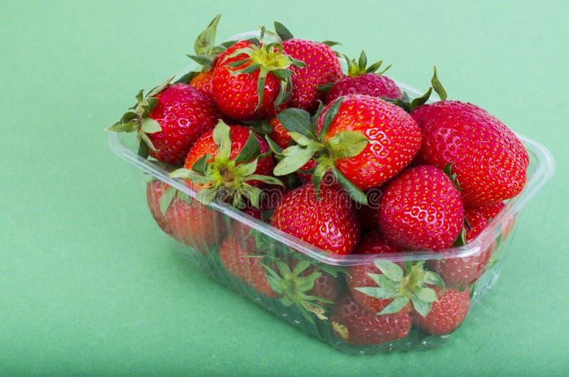 Fresas rojas dulces frescas en envase de plástico imagenes de archivo