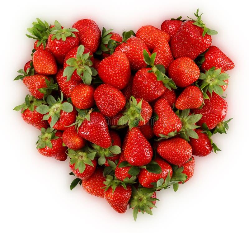 Fresas rojas en forma del corazón aisladas en blanco imagenes de archivo