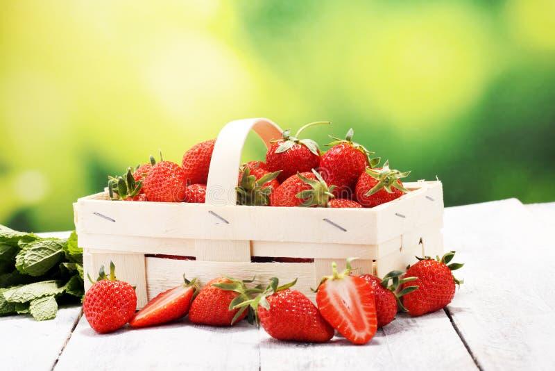 Fresas rojas frescas en una cesta Concepto sano de la fruta imagen de archivo