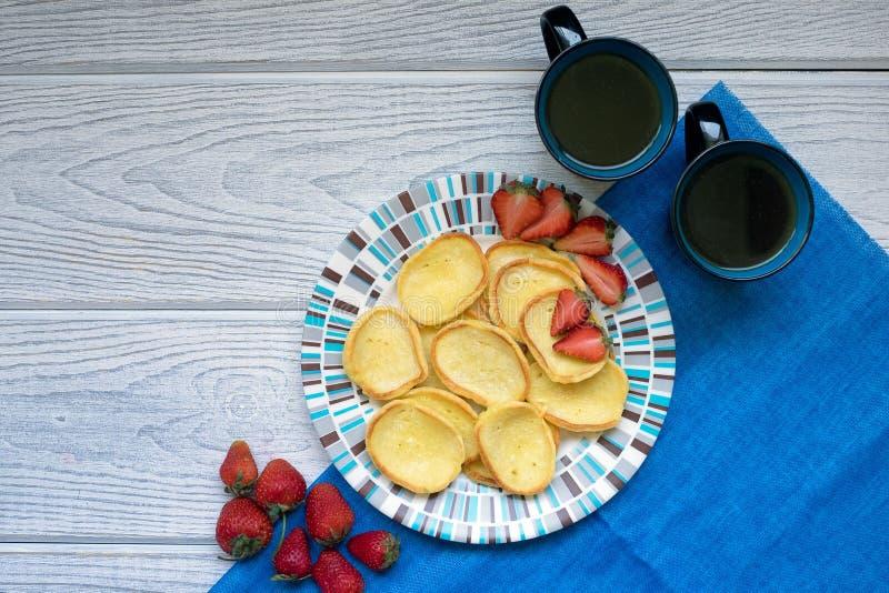 Fresas y café de las crepes foto de archivo