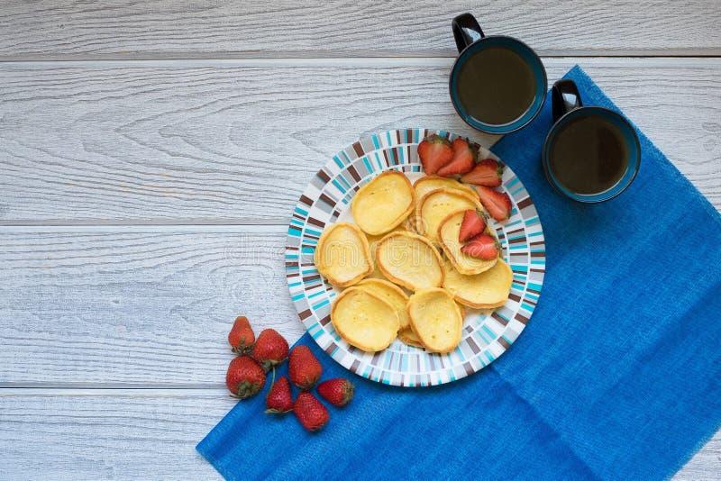 Fresas y café de las crepes fotografía de archivo libre de regalías