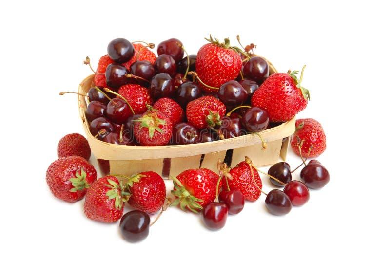 Fresas y cerezas en una cesta fotografía de archivo libre de regalías