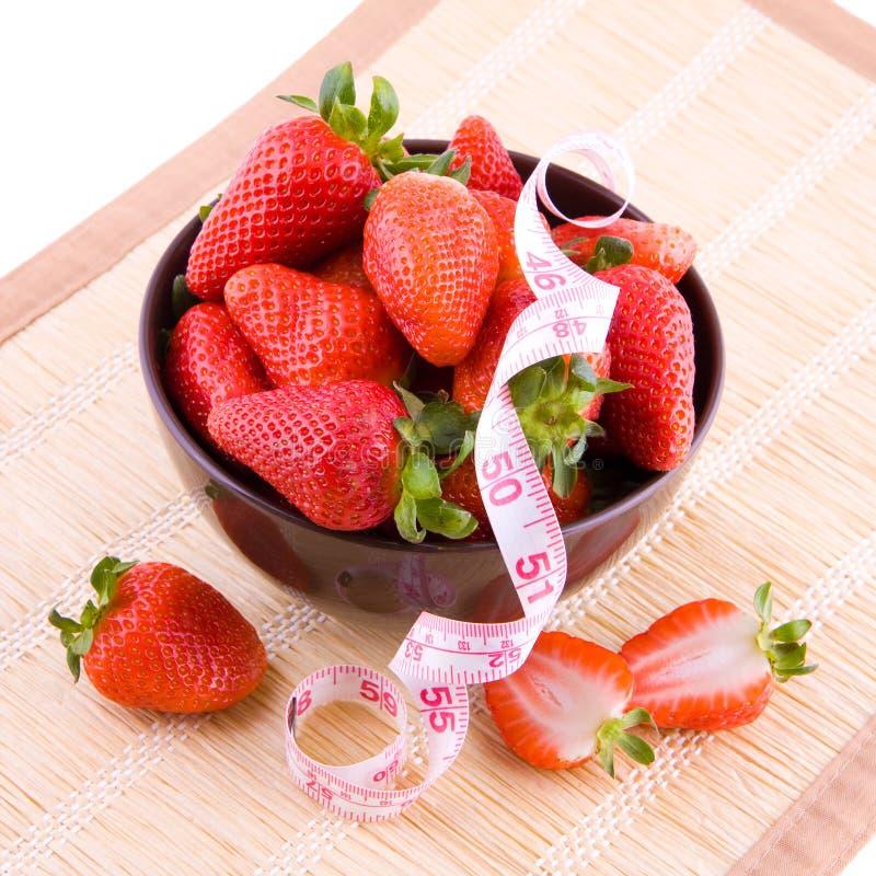 Fresas y cinta del sastre foto de archivo