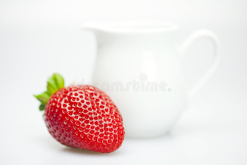 Fresas y jarro de leche imagen de archivo libre de regalías