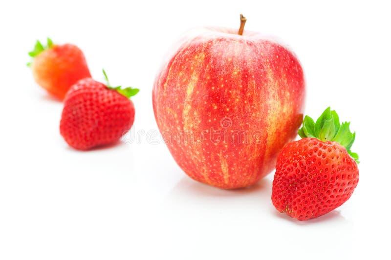 Fresas y manzana imágenes de archivo libres de regalías
