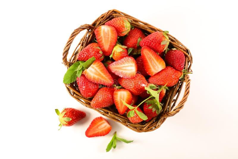 Fresas y menta aisladas en fondo blanco imagenes de archivo