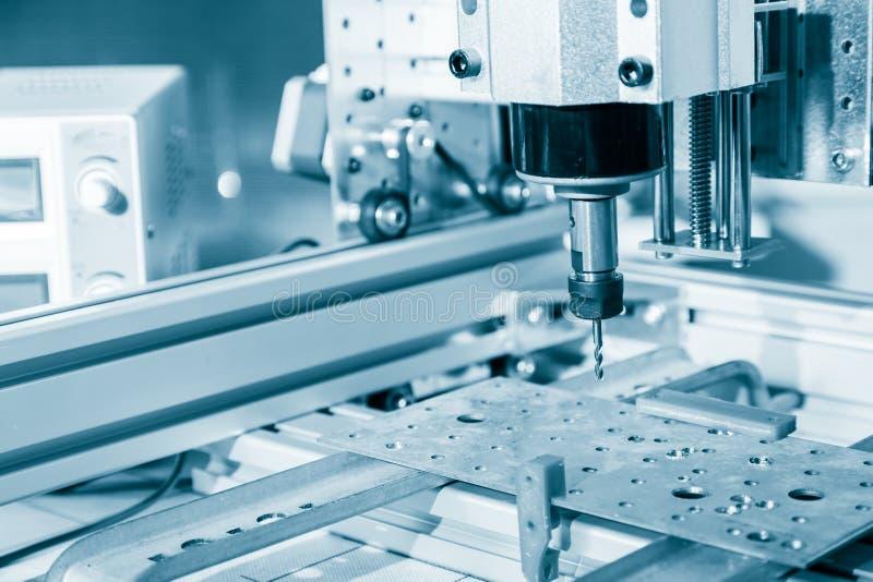 Fresatrice che lavora al dettaglio d'acciaio Lavoro della fresatrice di CNC, tagliente il processn del lavoro in metallo immagine stock