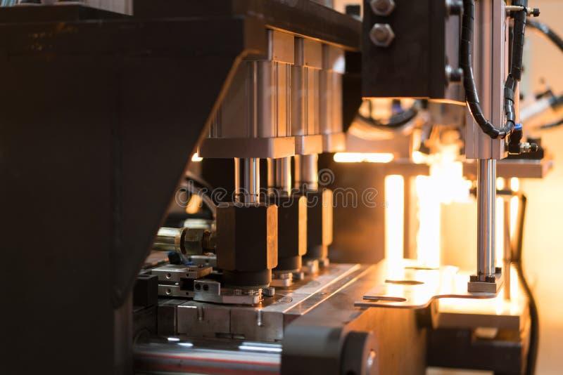 Fresatrice di plastica del colpo della bottiglia dell'ANIMALE DOMESTICO automatico che funziona nella f fotografie stock libere da diritti