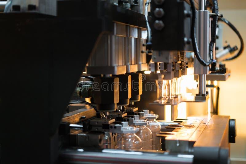 Fresatrice di plastica del colpo della bottiglia dell'ANIMALE DOMESTICO automatico che funziona nella f fotografia stock libera da diritti