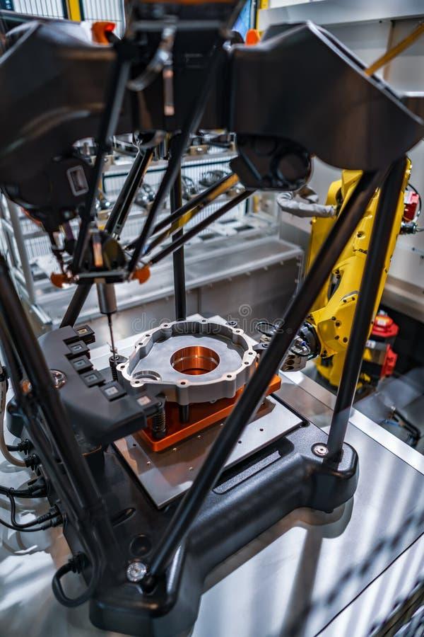 Fresatrice metallurgica di CNC Cellula automatizzata meas di produzione fotografia stock libera da diritti