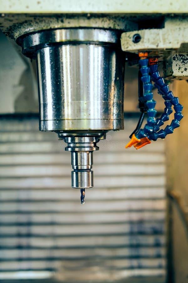 Fresatrice metallurgica di CNC Processo di lavorazione dei metalli di fresatura immagine stock libera da diritti