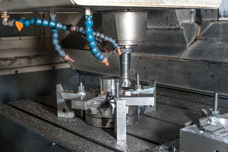 Fresatura industriale della forma metallica/spazio in bianco. Lavorazione dei metalli. fotografia stock libera da diritti