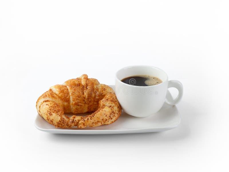 Fresca de croissant e de café com isolação branca de fundo Café da Manhã Continental Break, café preto com pão fotografia de stock