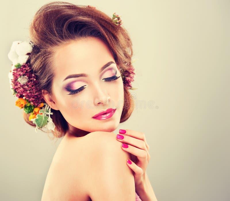 Freschezza della primavera Ragazza con i fiori pastelli delicati fotografia stock