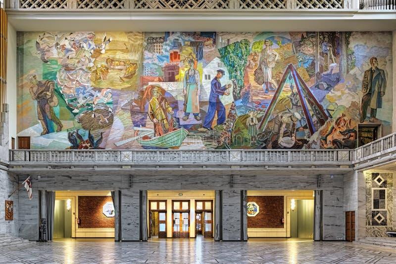 Fresco acima da entrada principal na câmara municipal de Oslo, Noruega foto de stock royalty free