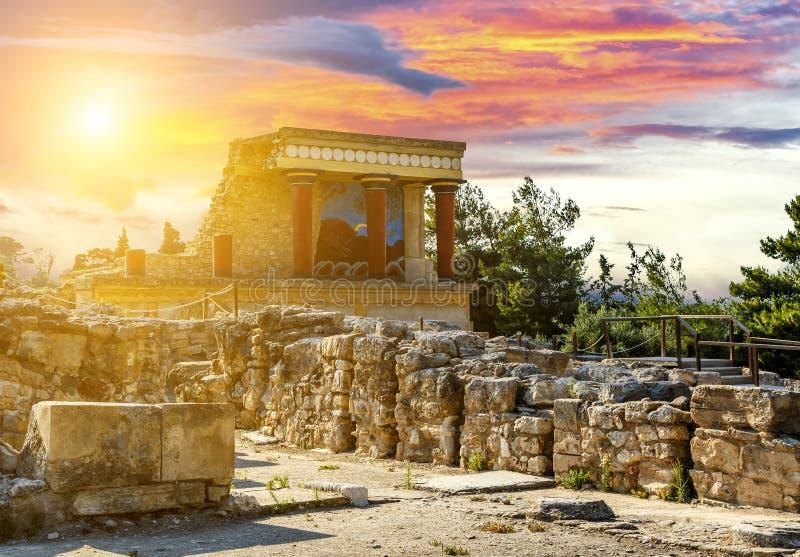 Fresco con el toro y tres columnas en el palacio Knossos bajo puesta del sol, isla de Creta, Grecia fotos de archivo libres de regalías