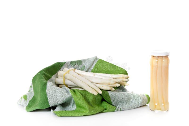 Fresco contro asparago inscatolato immagini stock