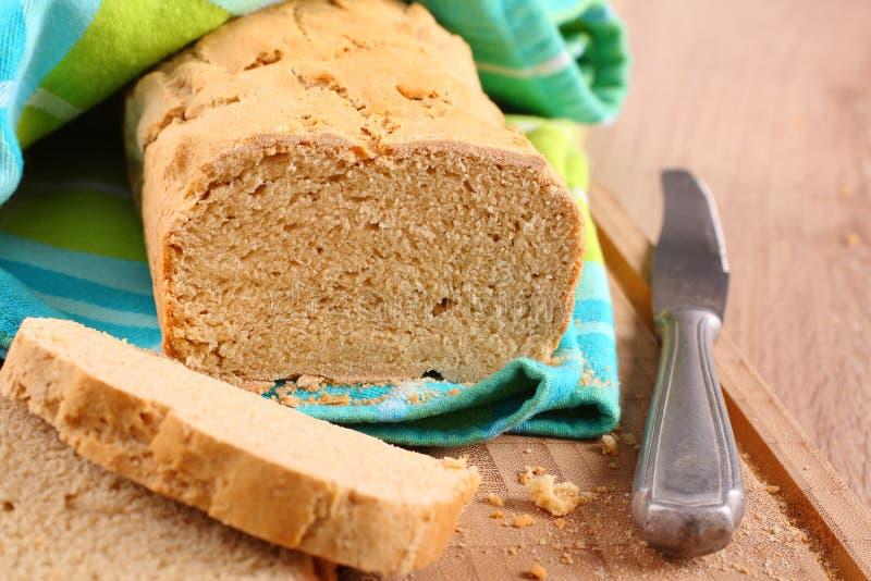 Fresco dal pane libero del glutine del forno su un tagliere fotografia stock libera da diritti