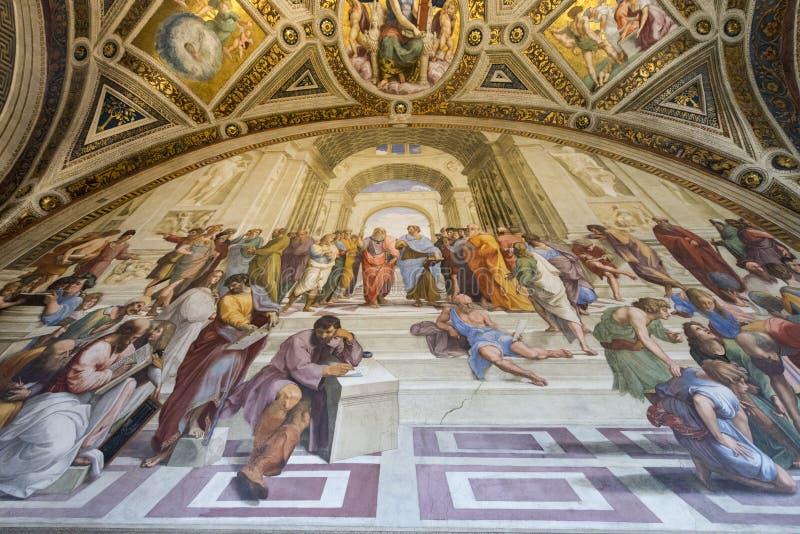 Fresco de la escuela de Atenas en los museos del Vaticano fotos de archivo
